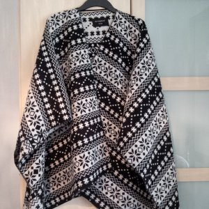 Poncho in Schwarz-Weiß
