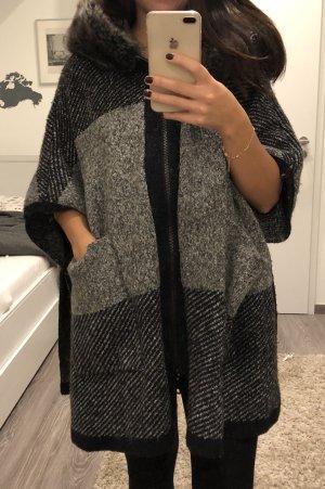 Zara Poncho negro-color plata