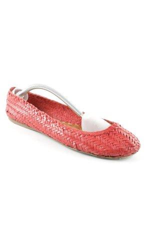 Prada Ballerinas mit Spitze rot Street-Fashion-Look