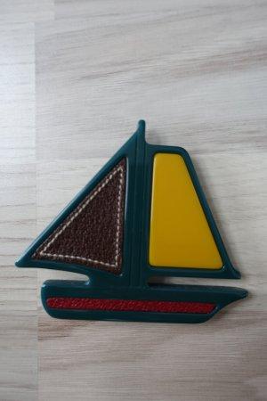 PRADA Brosche, in der Form von einem Segelboot, aus Kunststoff und Leder! Super süß !!