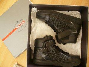 Prada Hightop Sneaker in Schwarz mit Nieten