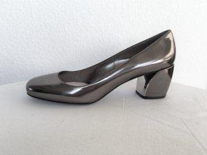 Prada Zapatos de tacón con barra en T gris Cuero