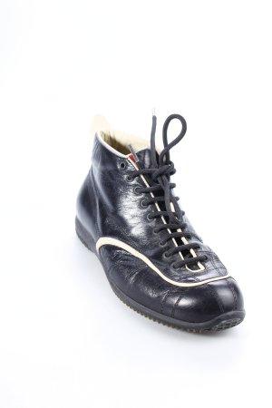 Prada Schnürschuhe schwarz-creme Street-Fashion-Look