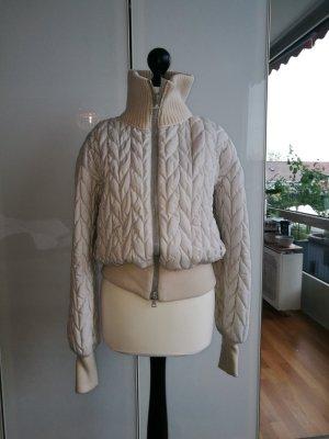 Prada: Sexy und warme Winterjacke mit Special Features