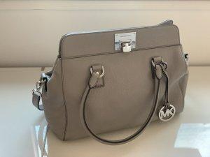 Praktische und modische graue Michael Kors Handtasche
