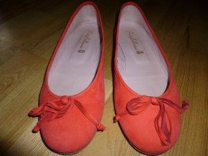 Pretty Ballerinas aus korallenfarbenem Velourleder