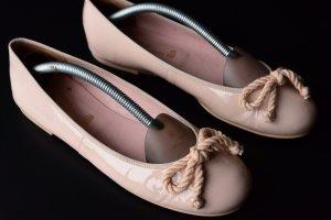 Pretty ballerinas Bailarinas de charol con tacón nude-albaricoque