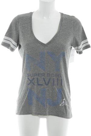 Camiseta estampada gris letras impresas estilo deportivo