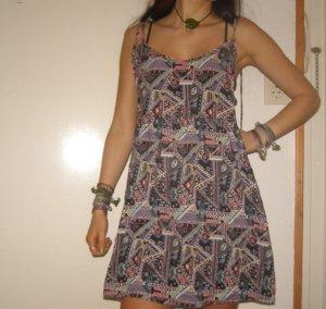psychedelisch buntes Kleid mit geometrischen Mustern