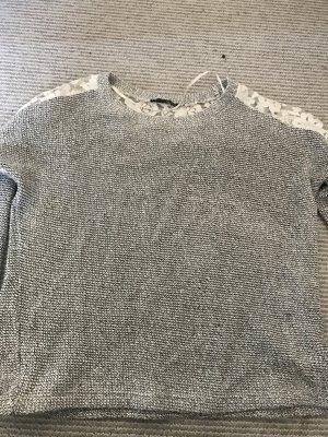 Pullover Grau mit spitzen Ausschnitt am Rücken