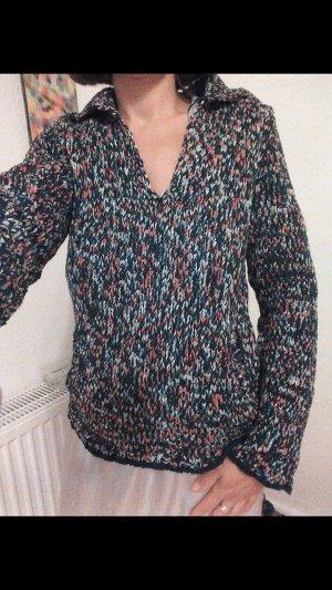 Pullover in blau mit bunten Farben