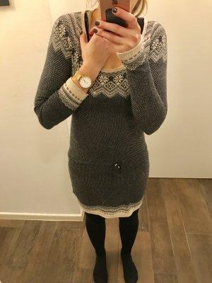 Pullover Kleid mit Band enganliegend langärmlig Ausschnitt rund langes Oberteil