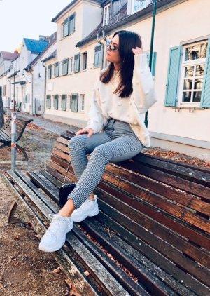 Pullover mit Knötchen / Bommeln