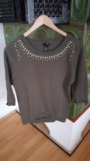 Pullover mit schön verzierten Kragen