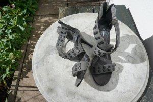 Pumps in Khaki mit schwarzen Nieten