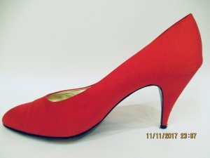 Pumps Tolle rote Vintage Satinpumps von Mario  Valentino, geboren 1929, erster italienischer Schuhdesigner seines Fachs