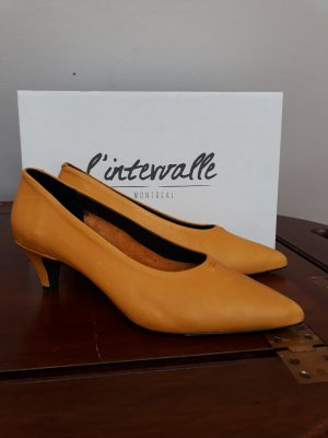 Pointed Toe Pumps dark yellow leather