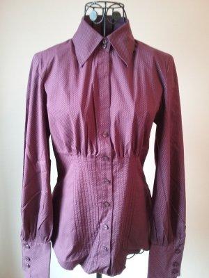 purpurfarbene Bluse mit Pünktchen