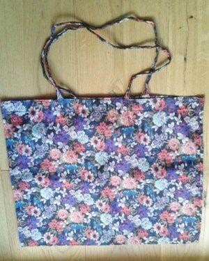 Quadratischer Beutel von H&M mit Blumenprint