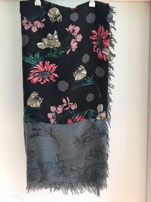 Quadratischer Schal mit Blumenmuster