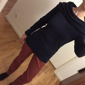 Raffinierter dunkelblauer Pullover mit breitem Kragen