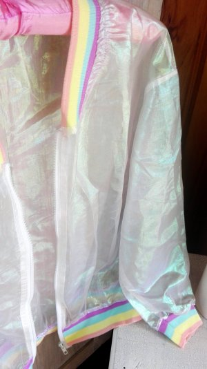 regenbogenfarben schimmernde, transparente Trainingsjacke, Hinguckerteil