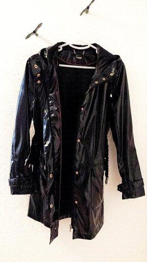 Regenjacke in Lack-Optik mit Gürtel und Kapuze von Mohito in schwarz, Gr. 36