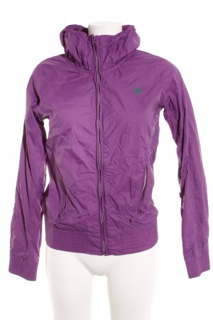 Chubasquero violeta estilo deportivo
