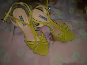 Strapped pumps yellow