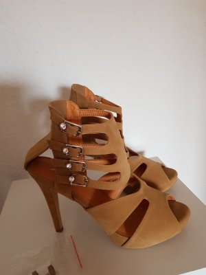 Strapped pumps beige