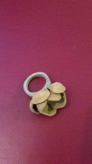 Bague incrustée de pierres vert clair cuir