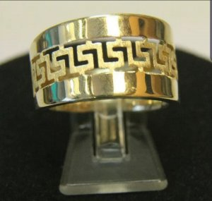 a gold e Gold Ring gold-colored