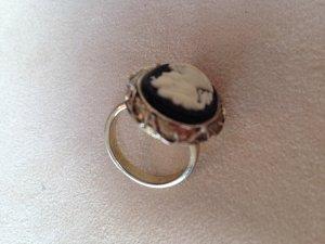 Ring in Goldoptik mit Büste im Vintagelook von Accessorize