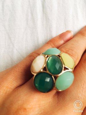 Ring in grünen Nuancen
