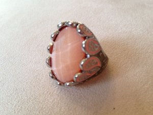 Ring in Silberoptik mit lachsfarbenem Stein und mintgrüner Verzierung von H&M