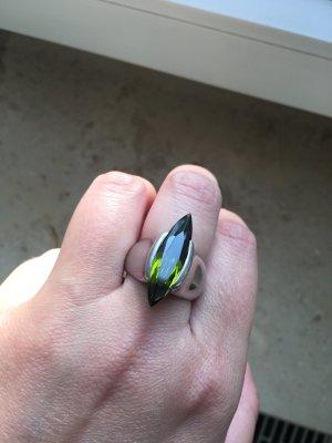 Ring mit grünem/olivfarbenem Stein