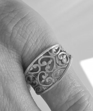 Ring mit Ornamentstruktur