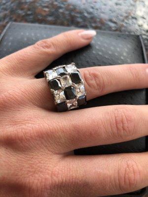 Ring mit schwarz-weißen Swarowskisteinen