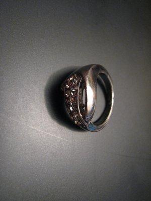 Ring mit Steinen, sehr elegant