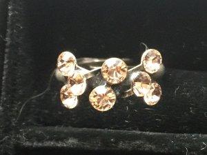 Ring von Konplott, mit Steinen in zart Apricot