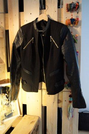 Rockige schwarze Kunstleder- und Stoffjacke