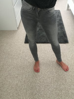 Röhrenjeans grau Gr. 25/32 mit Reißverschluss am Knöchel