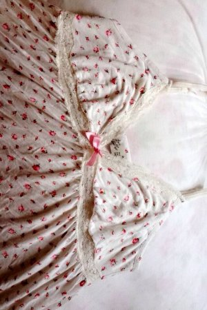 Romantisches Nachthemd mit floralem Muster und Spitze