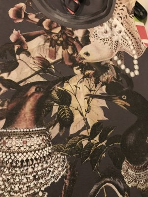 Romantisches Top mit Vogelmotiv