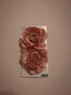 Rosa Haarspangen als Blumen