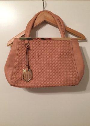 Rosa Handtasche mit geflochtenen Details