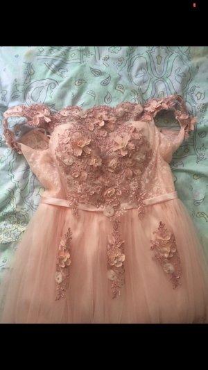 Rosa Kleid mit Blumen design