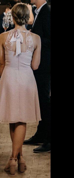 Rosa Kleid mit Blumenspitze und Schleife