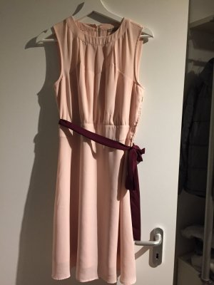 rosa Kleid mit rotem Band