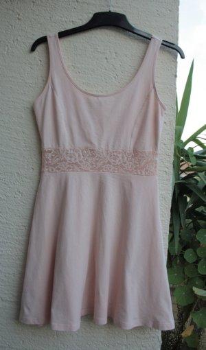 Rosa Kleid mit Spitzenapplikation